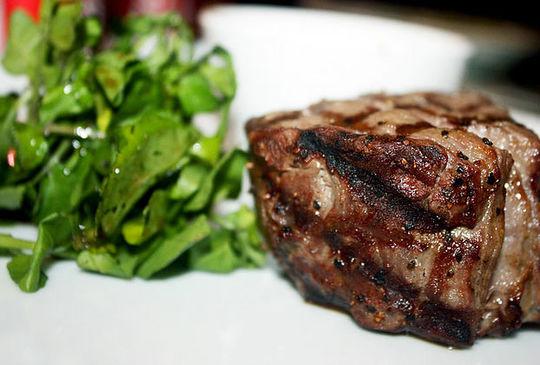 是极佳的牛排部位,而俗称的沙朗牛排即是切自肋脊部