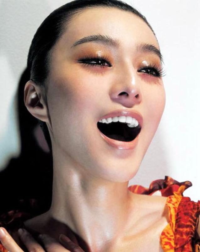 范冰冰/高圆圆 烟熏眼妆加上烈馅火唇,高圆圆的魅力实在是不可阻挡。